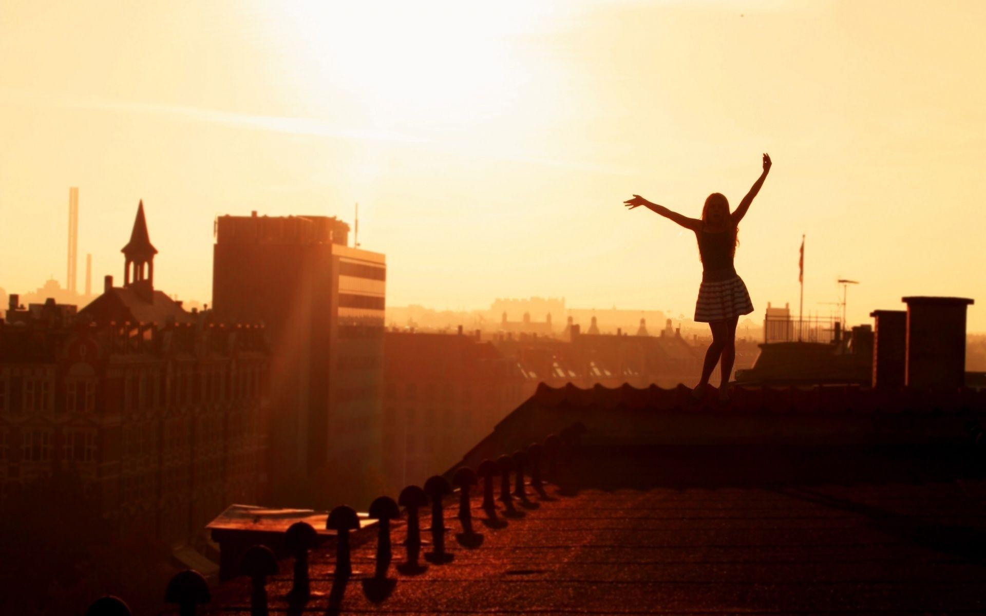 девушка крыша закат скачать