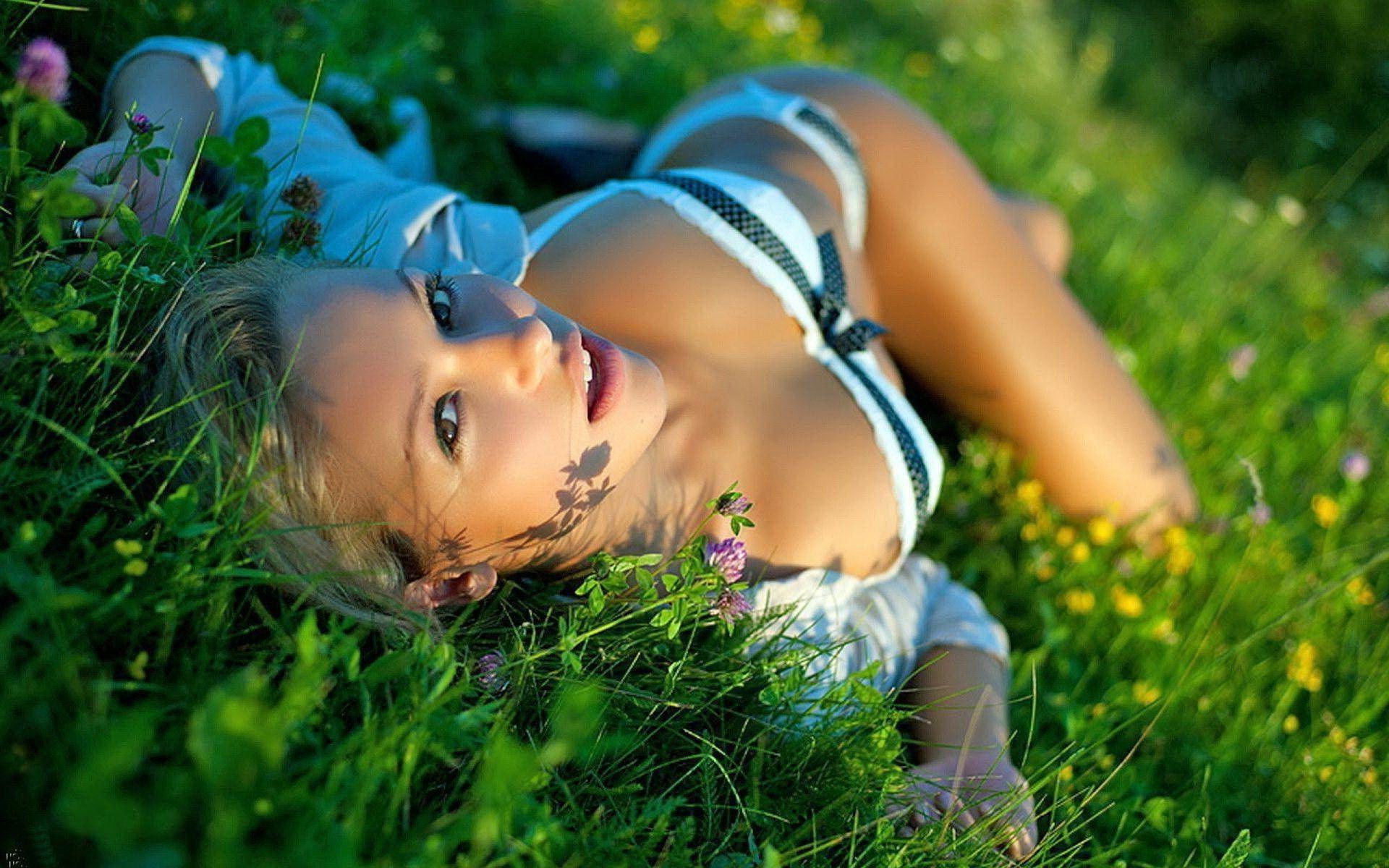 Девушка в траве  № 559788 загрузить