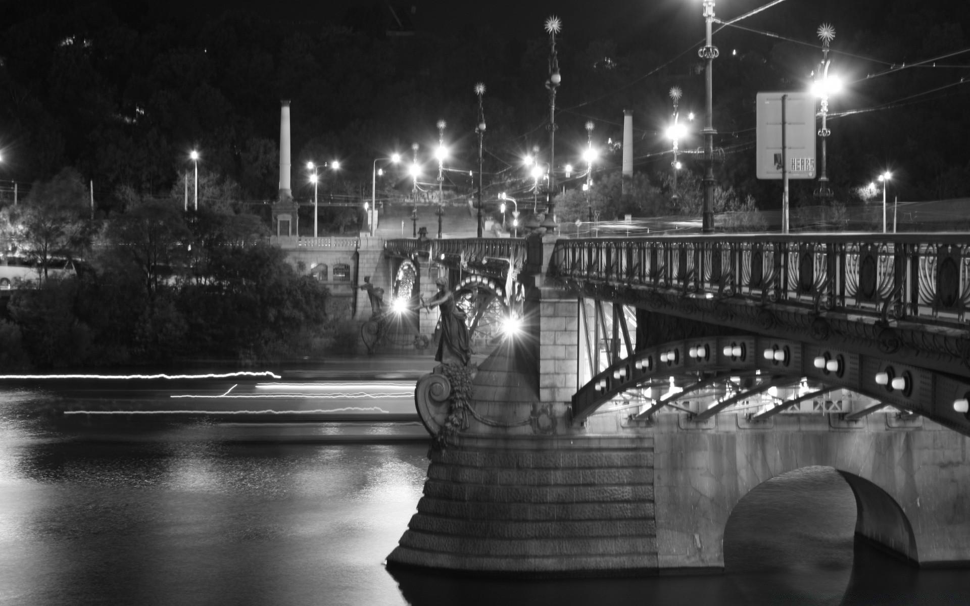 прямое указание черно-белая картинка города на реке что