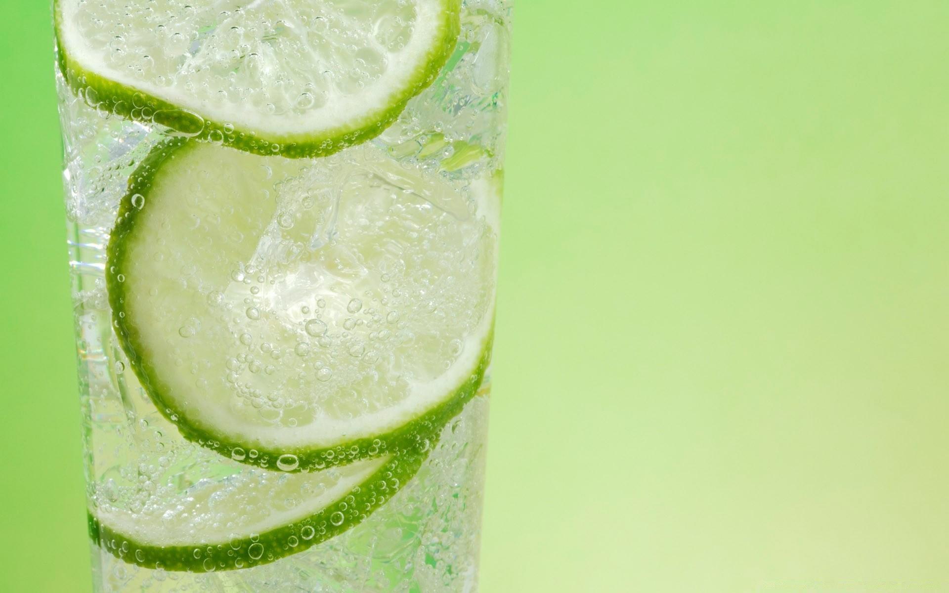 Дольки лимона в стакане  № 3698221 загрузить