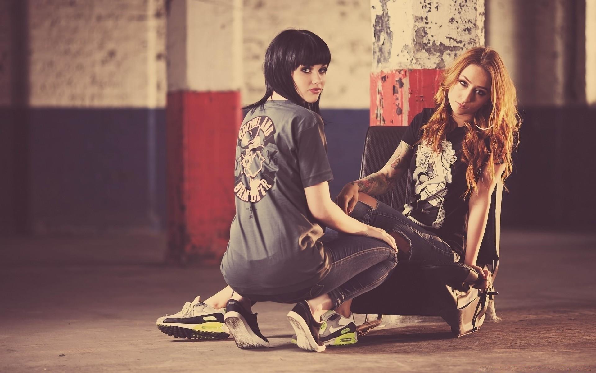 Две девушки и
