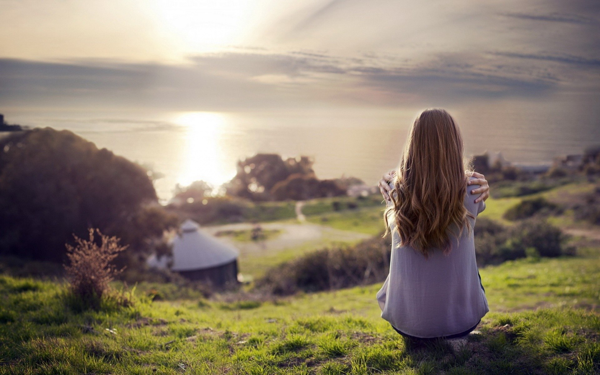 Красивая девушка на фоне красивого пейзажа — pic 13