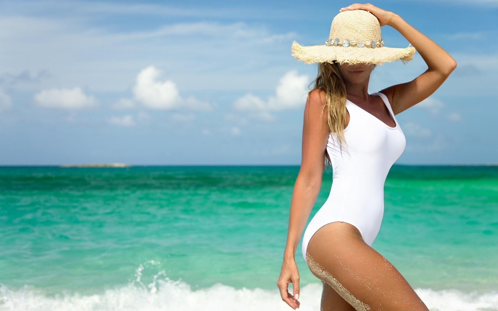 Смотреть фото женщины в купальниках на море, Девушки в прозрачных купальниках на пляже 11 фотография