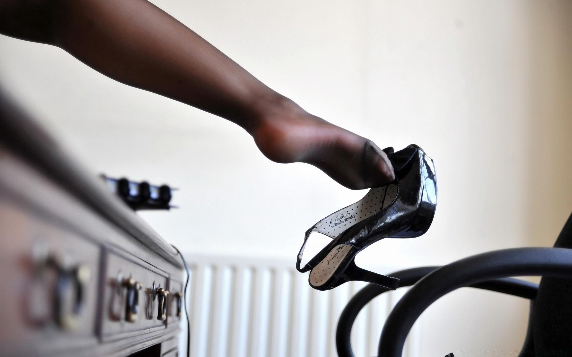 Женские ножки и раб станет