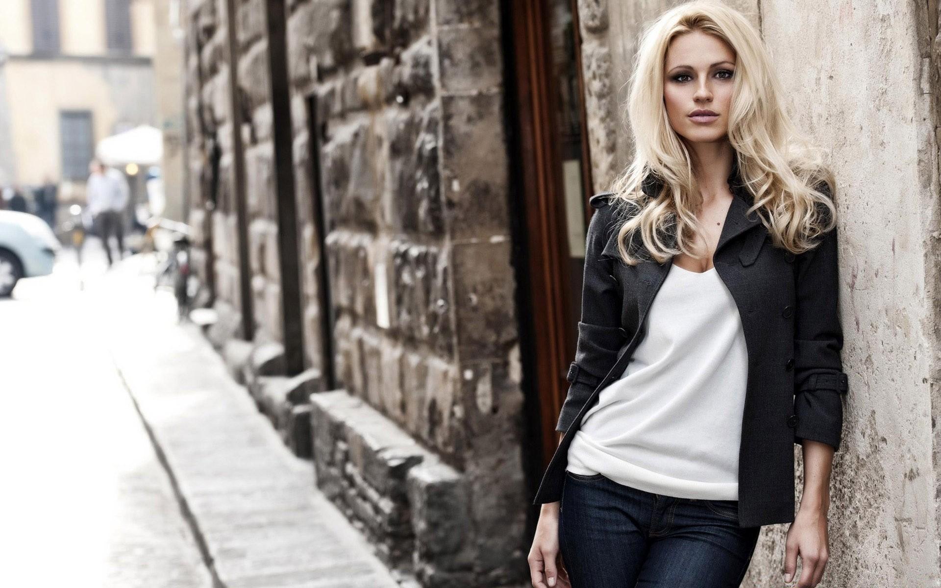 фото моделей женщин на улицах города двумя
