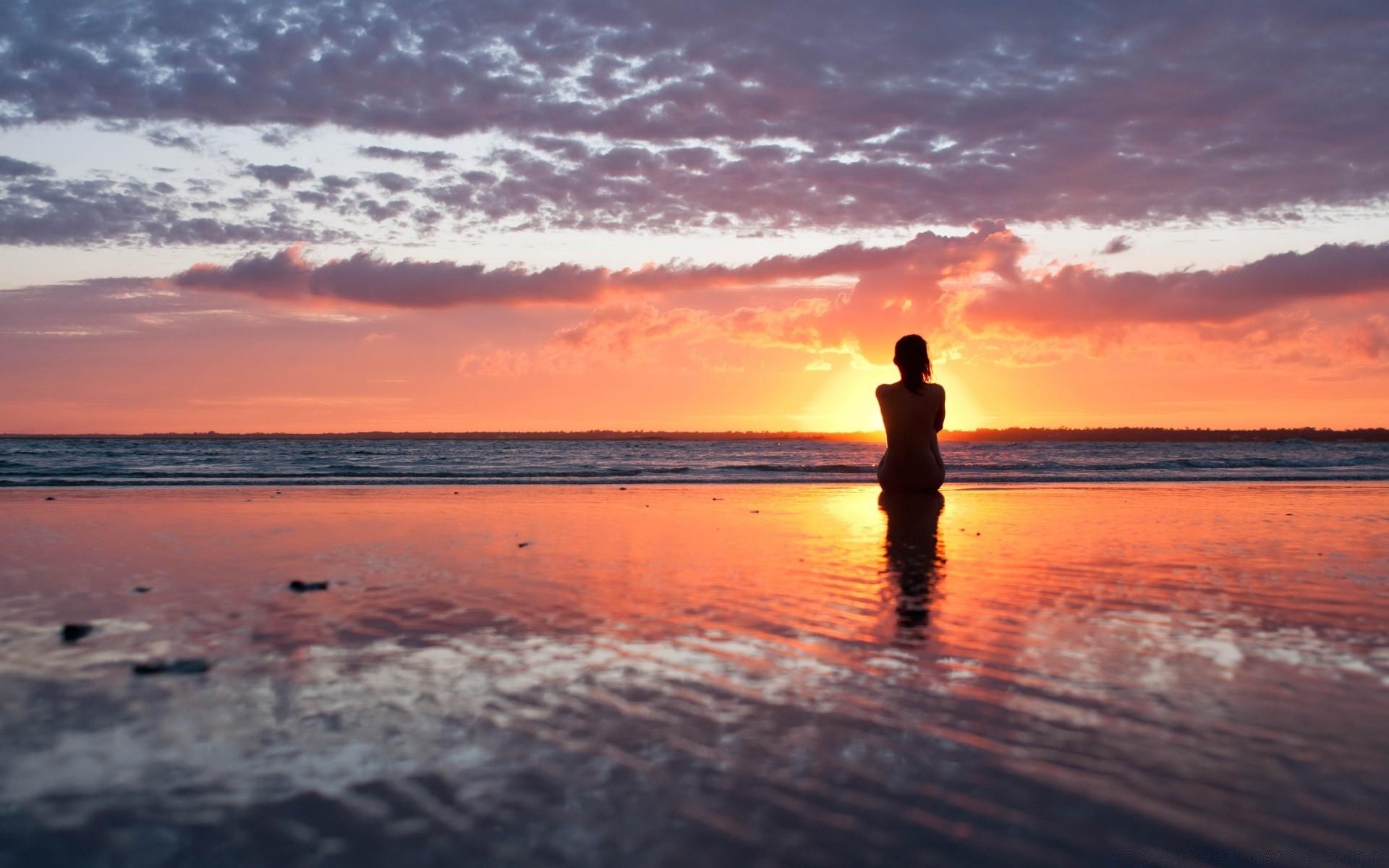 фото женщин на берегу моря фотография 1