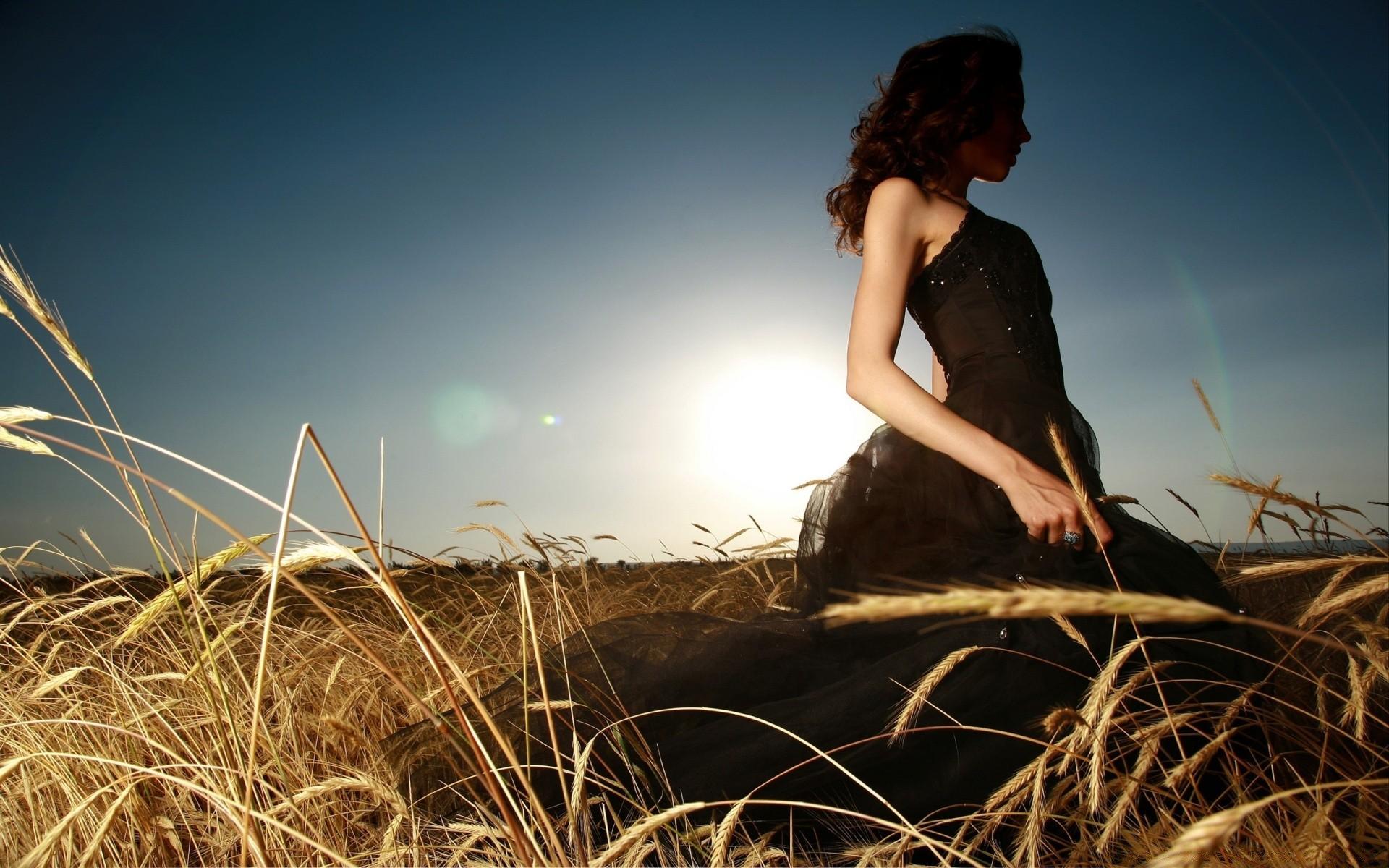 Девушка В Черном Платье В Поле