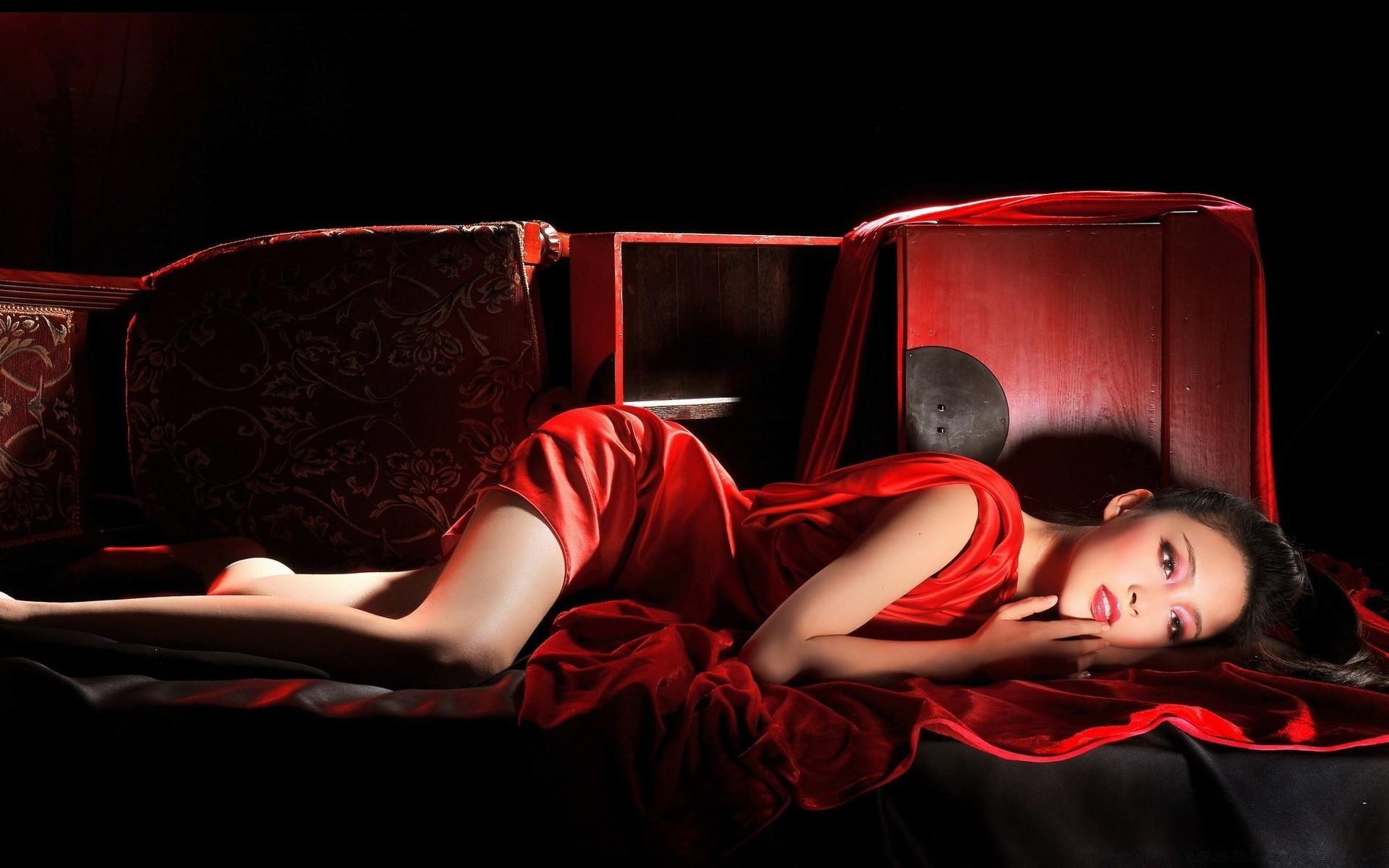 Профессиональные снимки молодой модели на белом диване  552925