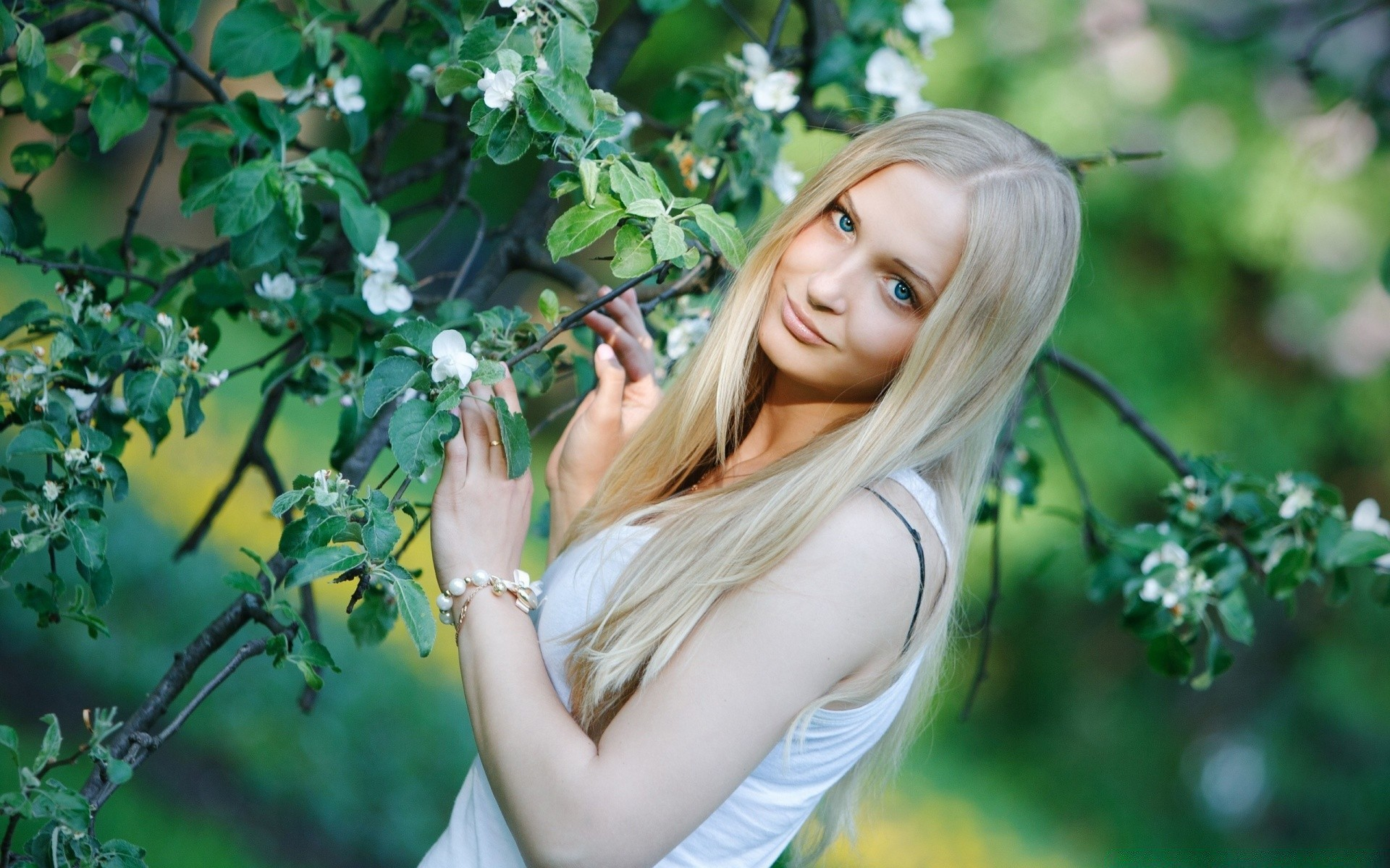 Фото домашнее красив голых жен темную бархатную