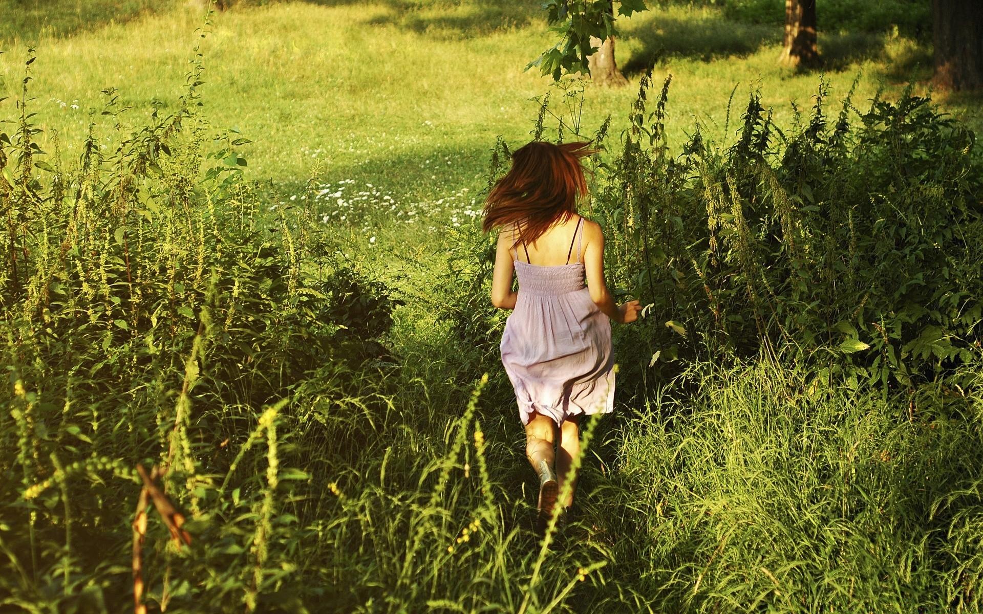 Стройная девушка со спины смотрит на утренний лес порно ебля трахал