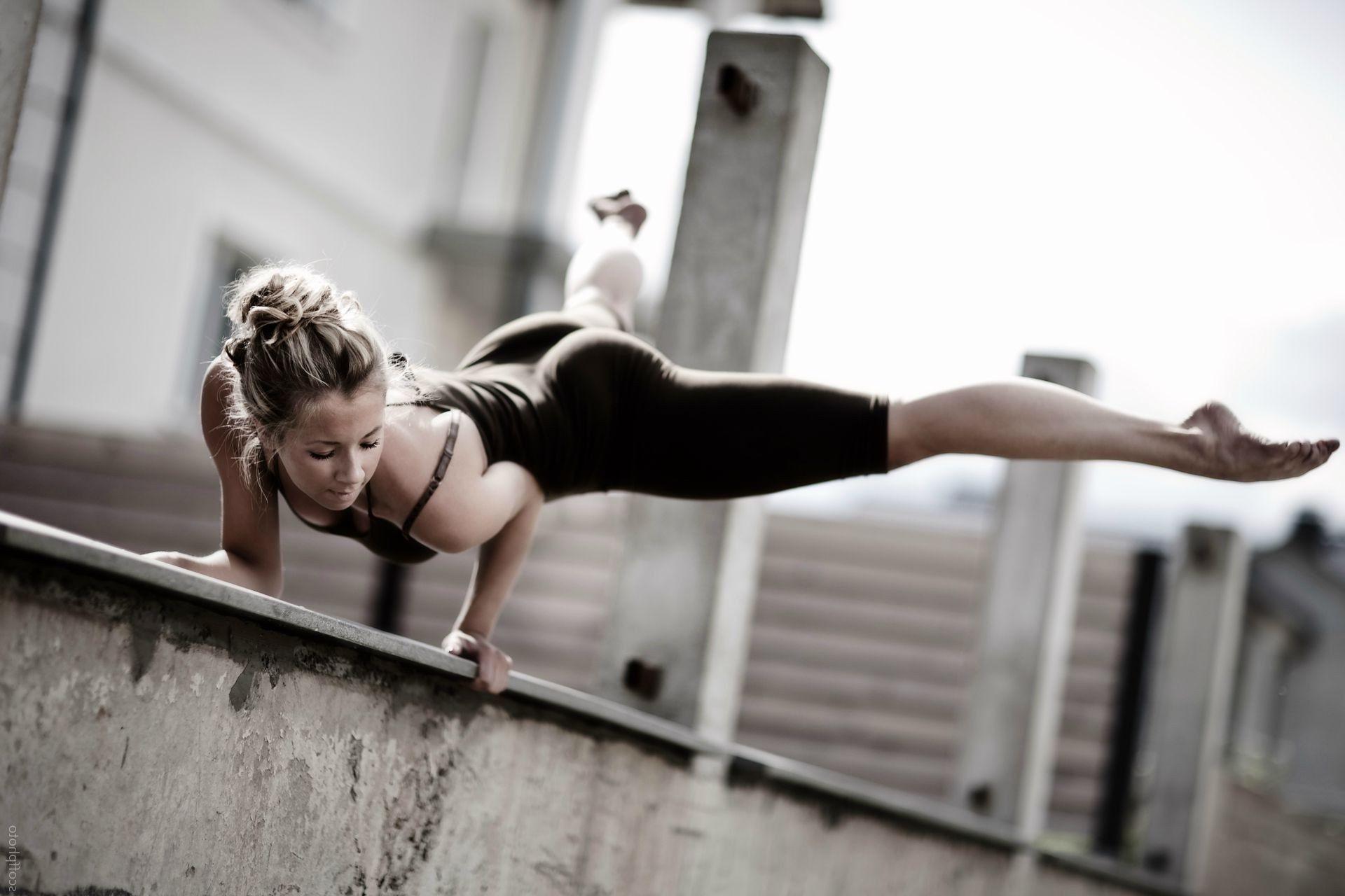 Девушка спортсменка разминка  № 3304980  скачать