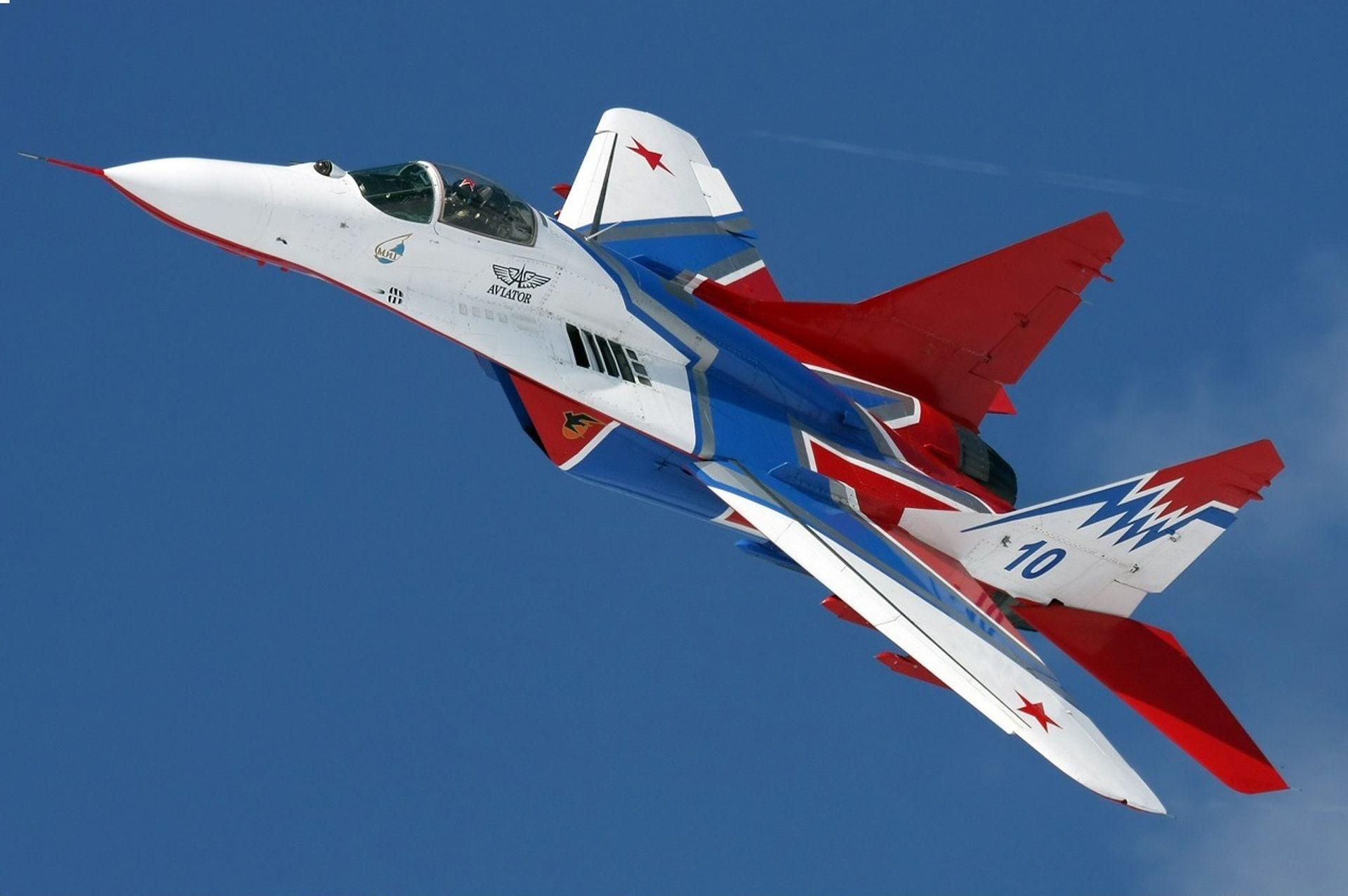 Группа красных самолетов на шоу без смс