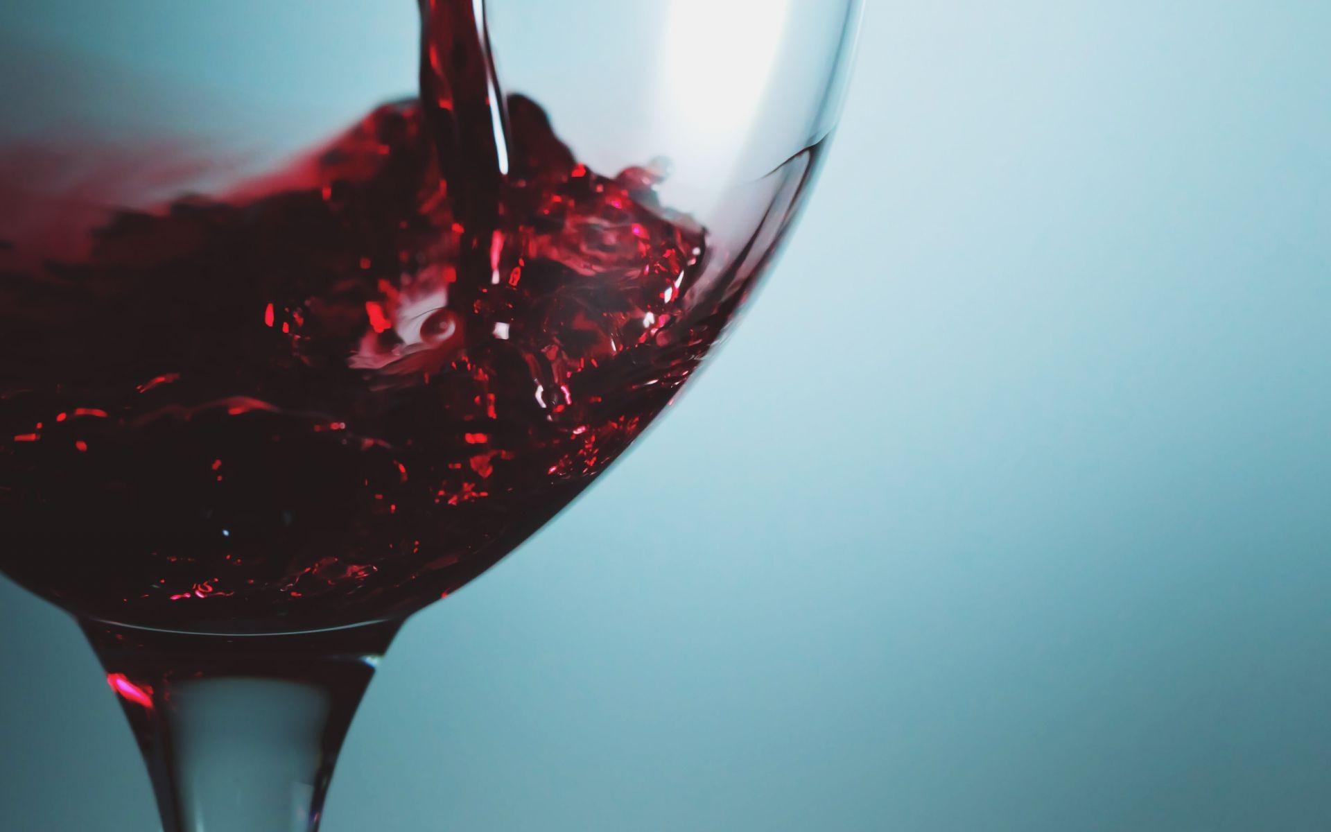 раз обои на рабочий стол бокал красного вина порода является