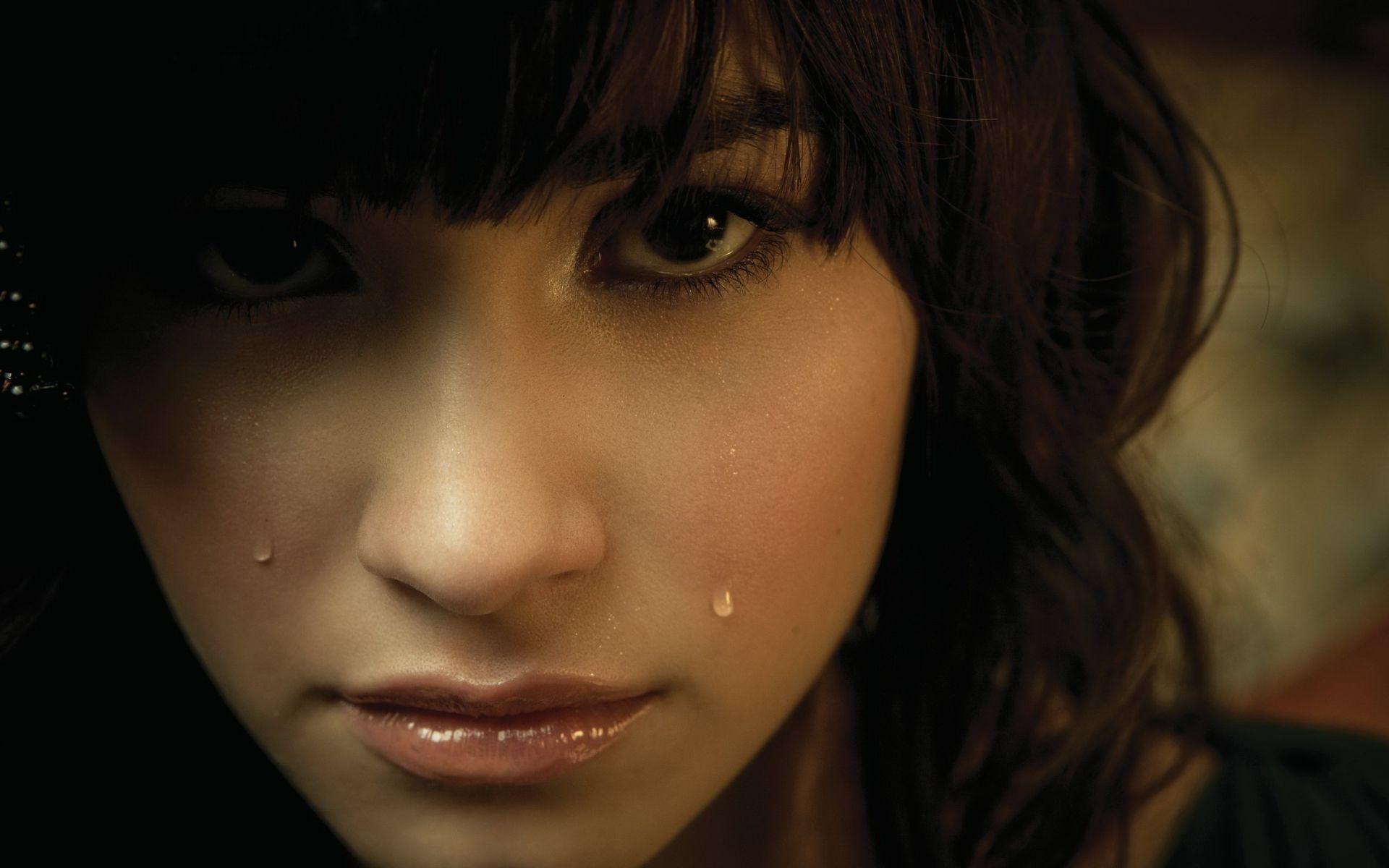 Фото на аву плачущую