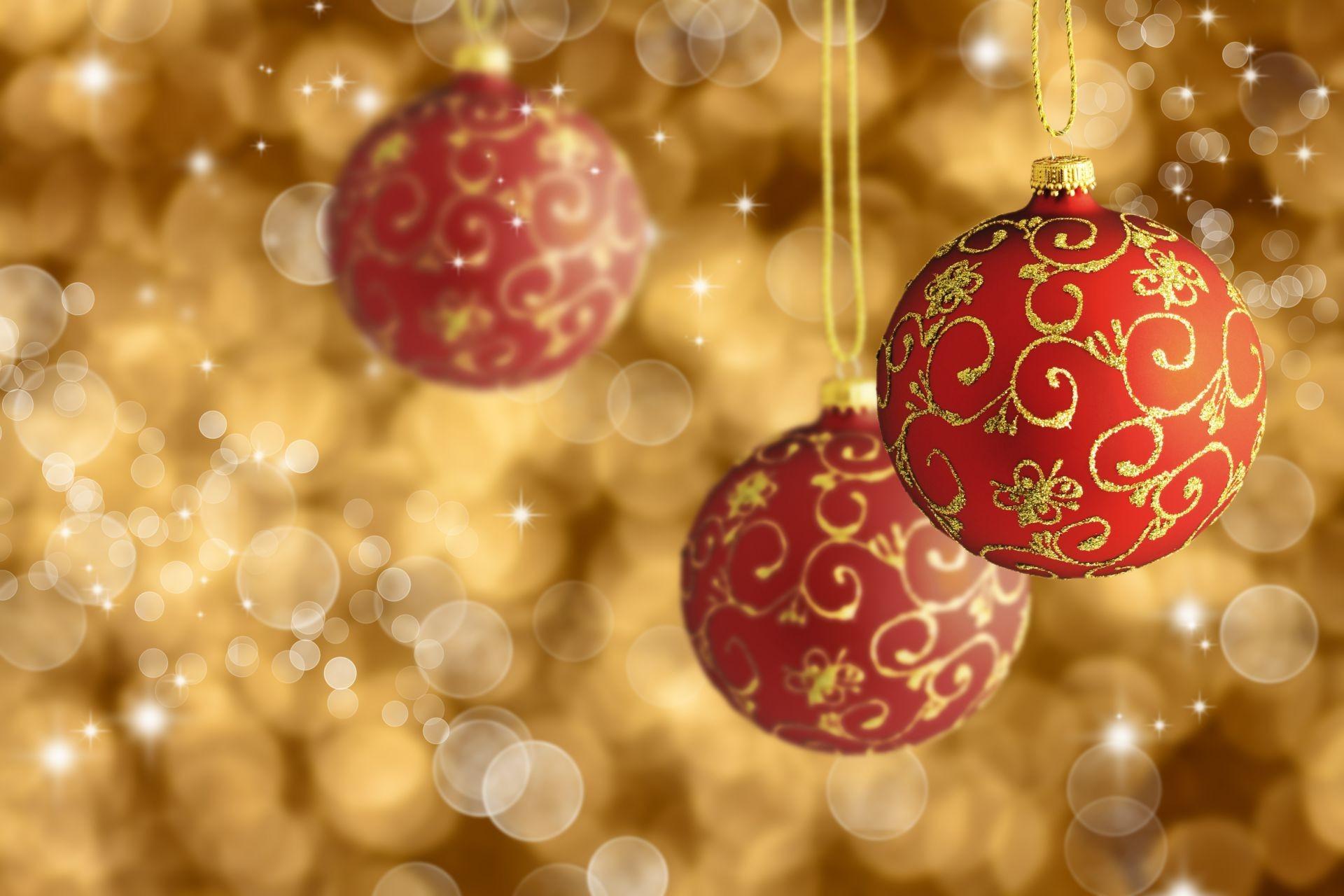 Новогодняя картинка с шарами, смешные зеркала