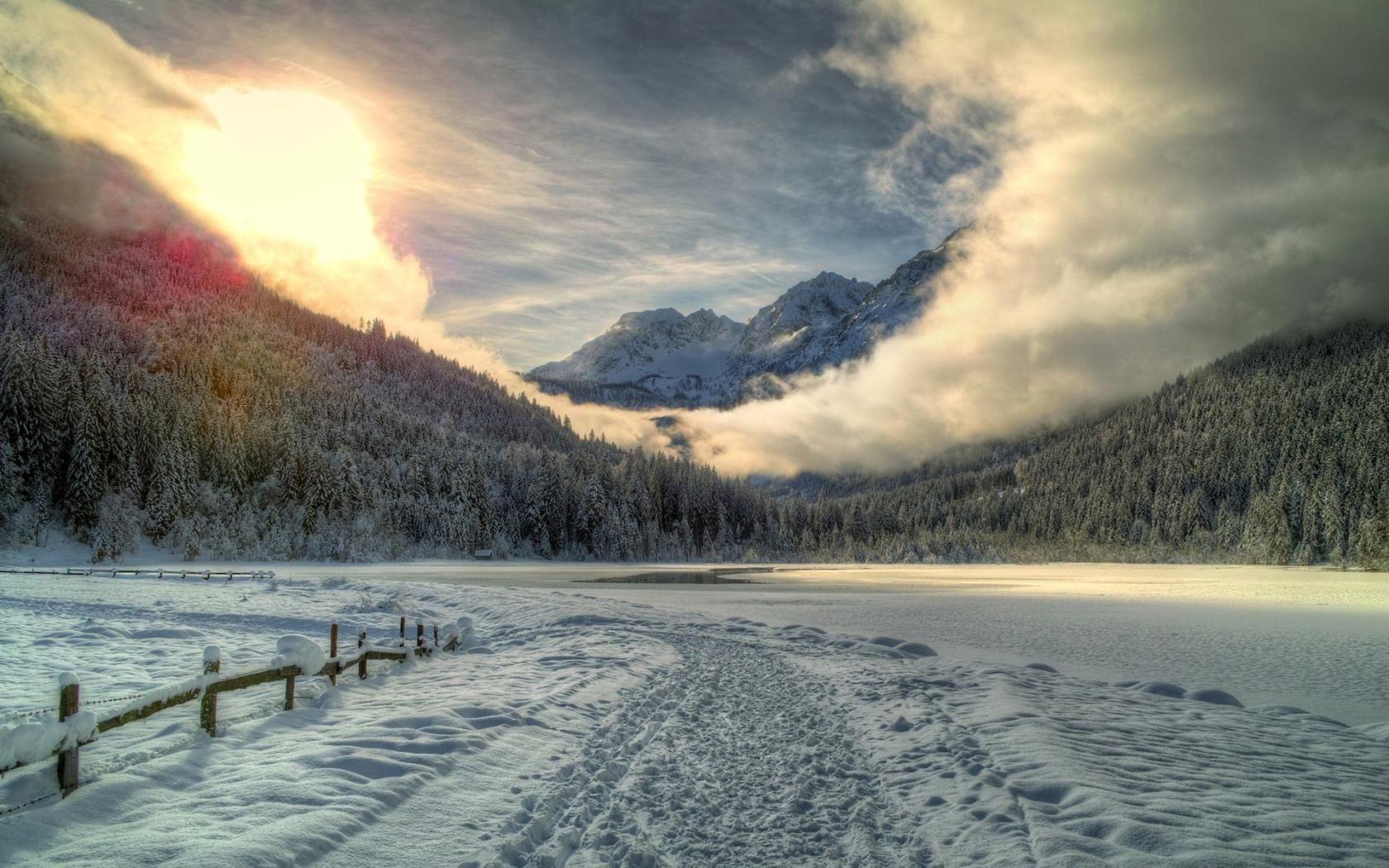 Видеть сон, что вы застряли в сугробах, в которые вас завела еле видная из-под снега тропочка — берегите здоровье.