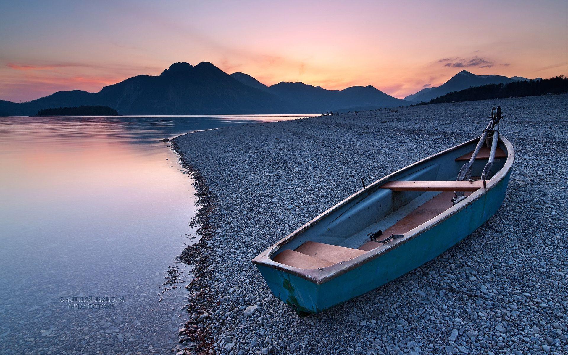 Обои море с лодкой