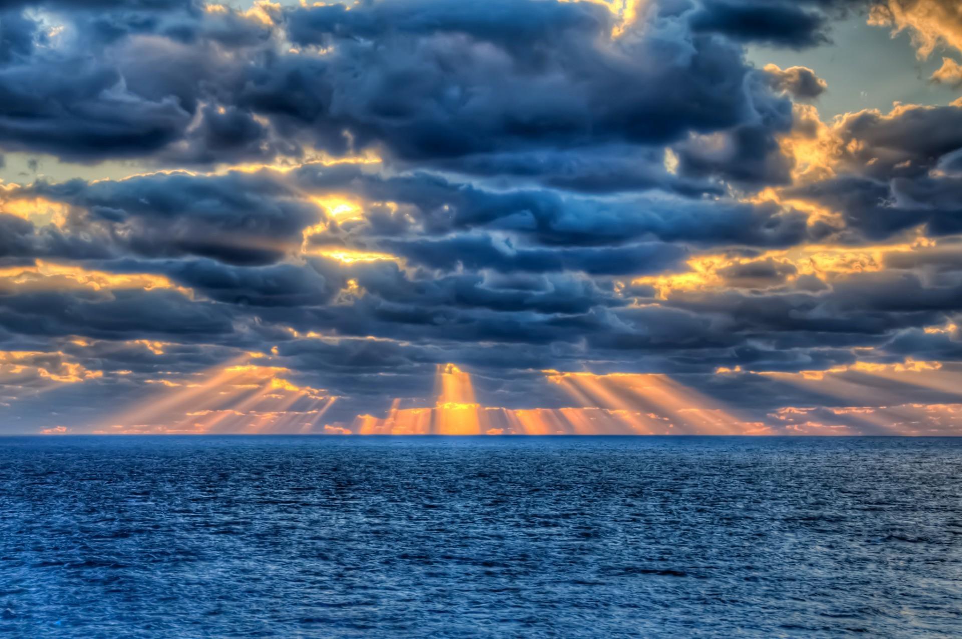 Лучи солнца пробиваются сквозь облака