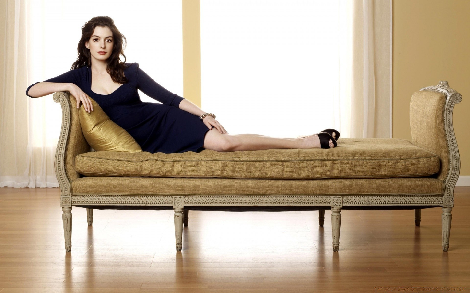что делают девушки на диване парит сначала