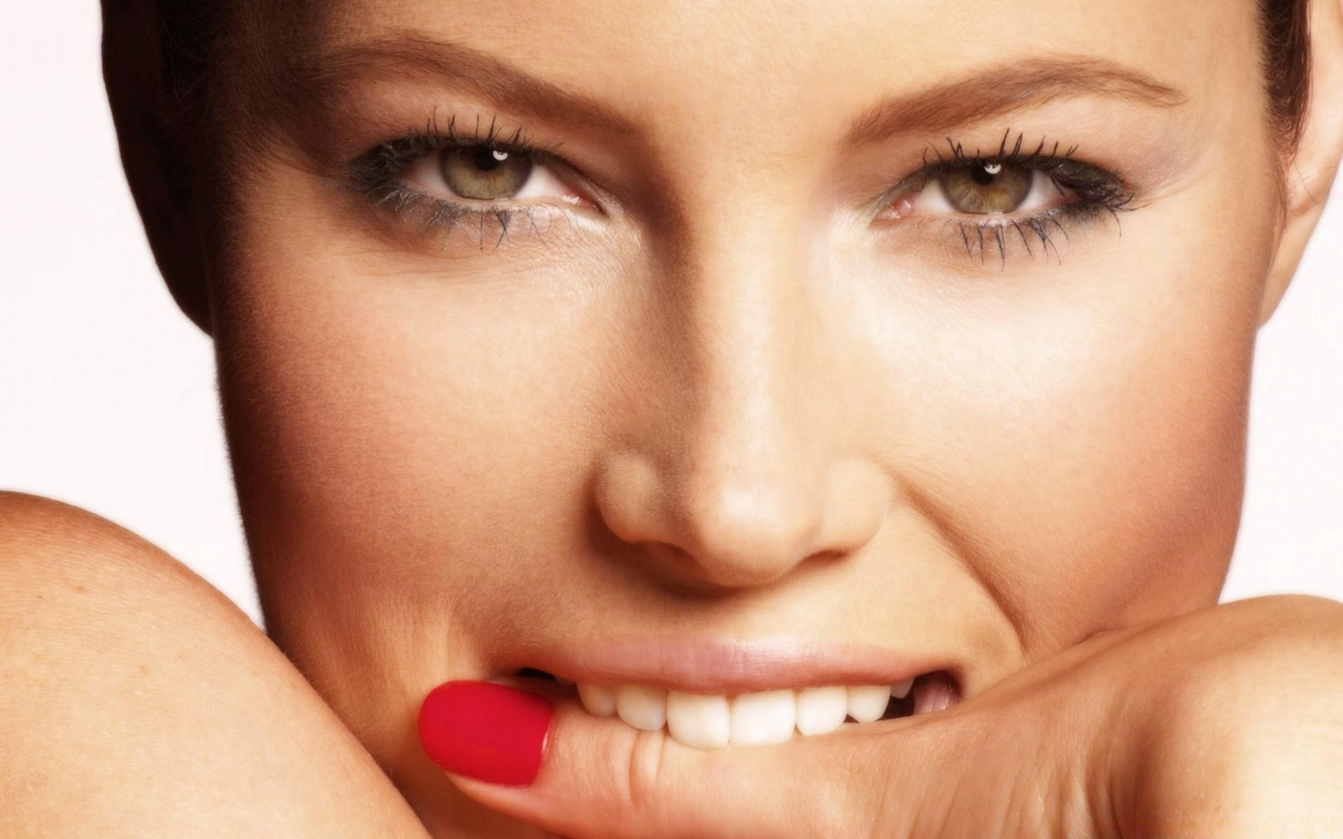 улыбающаяся девушка с пальчиком во рту уже