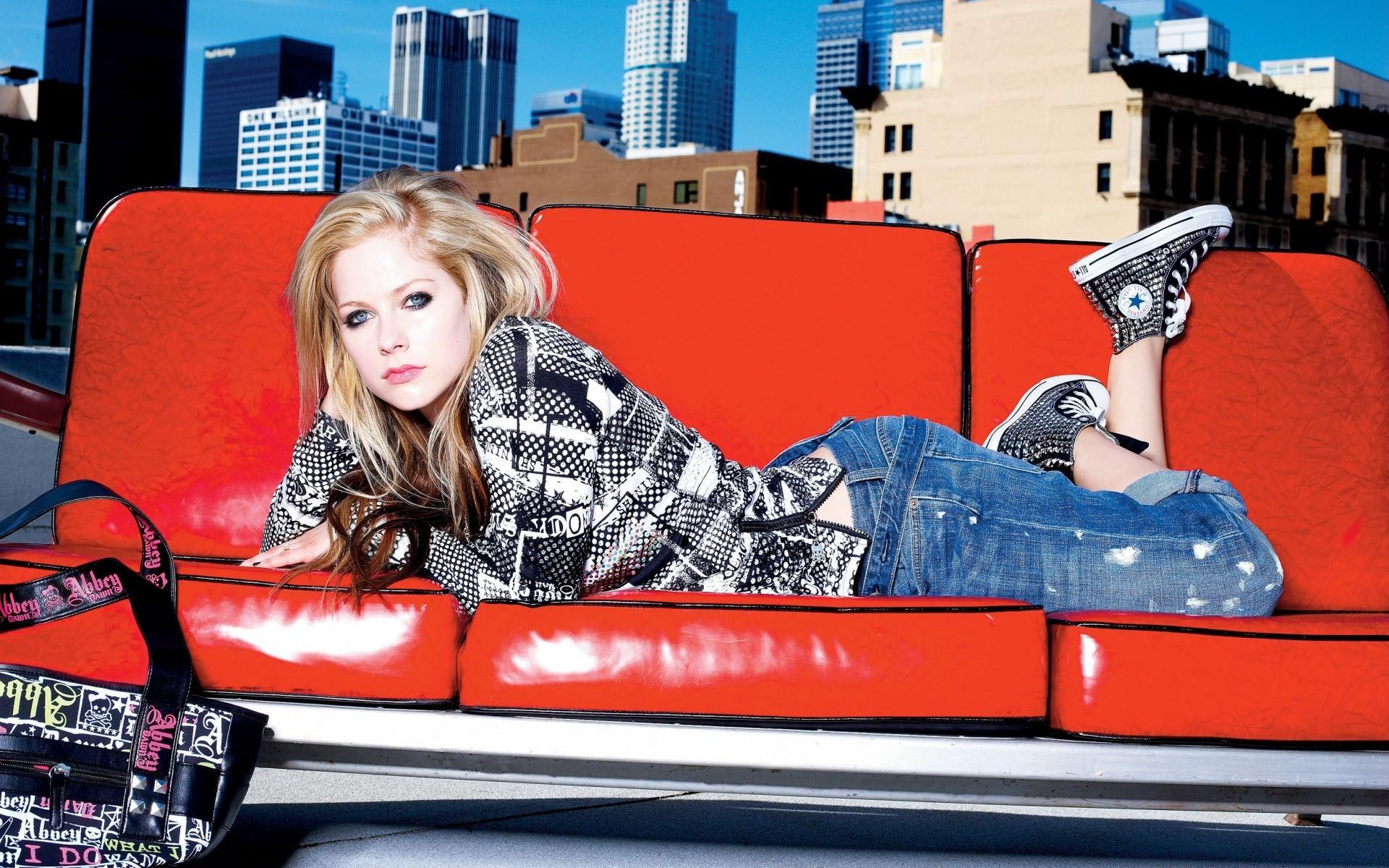 Обои девушки на красном диване