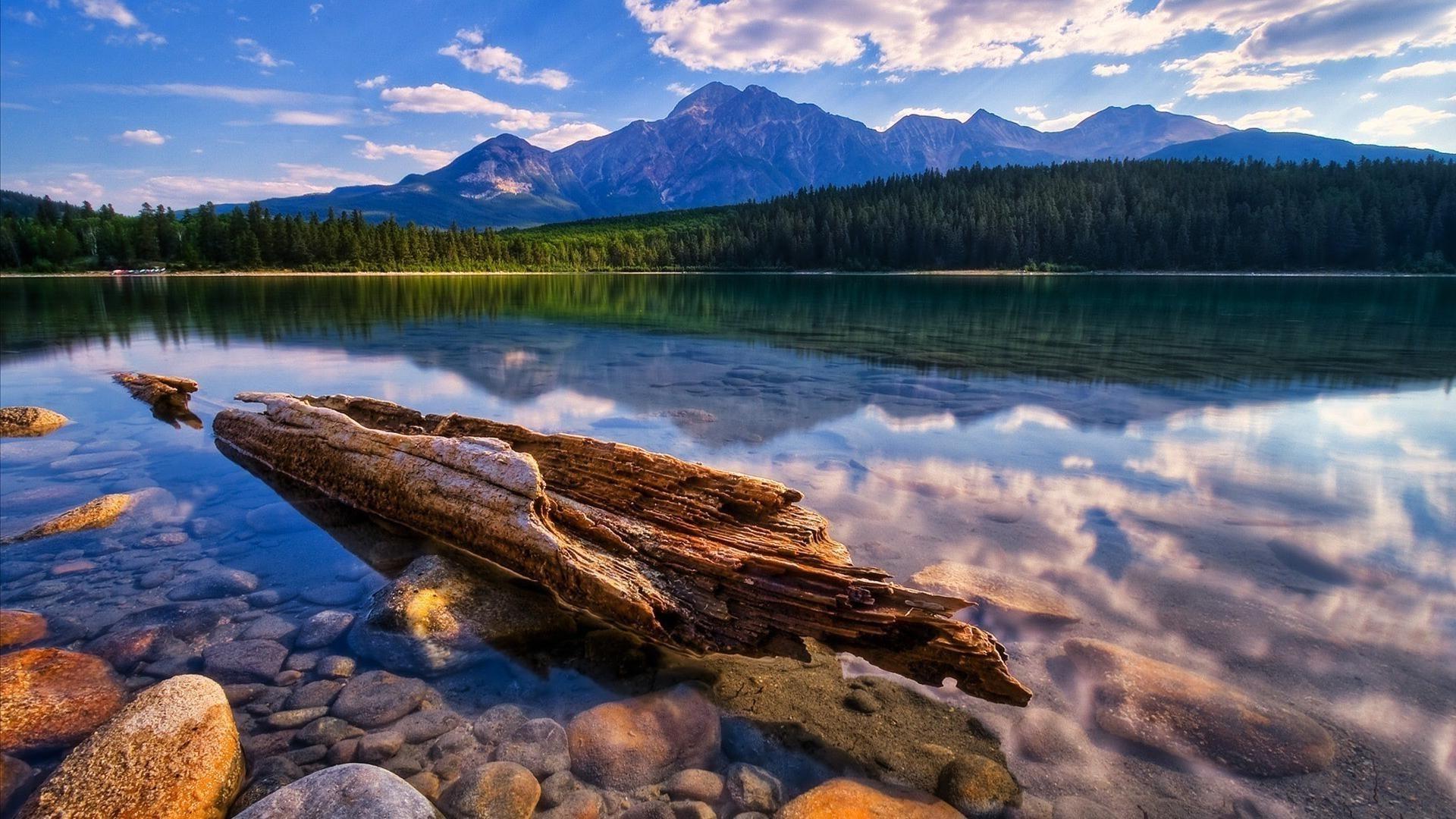 Облака над озером, галька, горы, лес  № 2950399 бесплатно