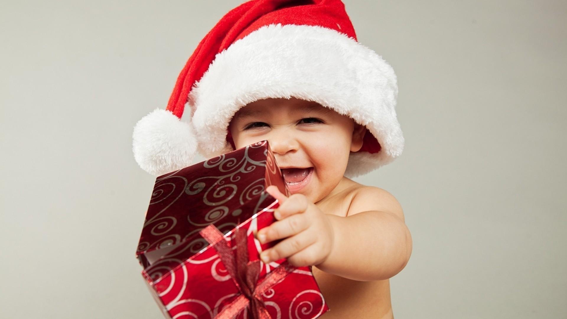 Новогоднее фото ребенка с подарком