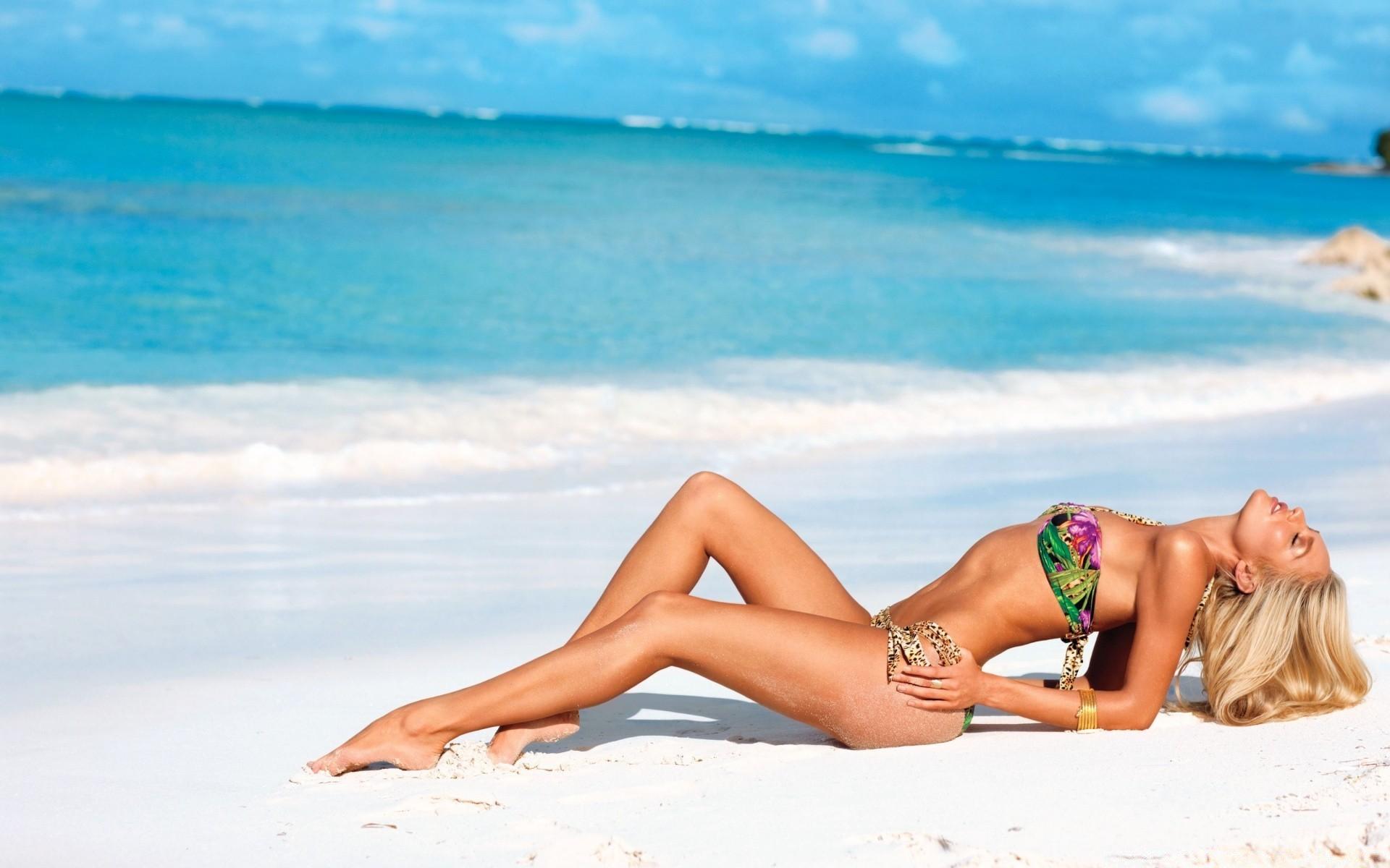 Худенькая девка с офигительным телом позирует на фоне моря  47415