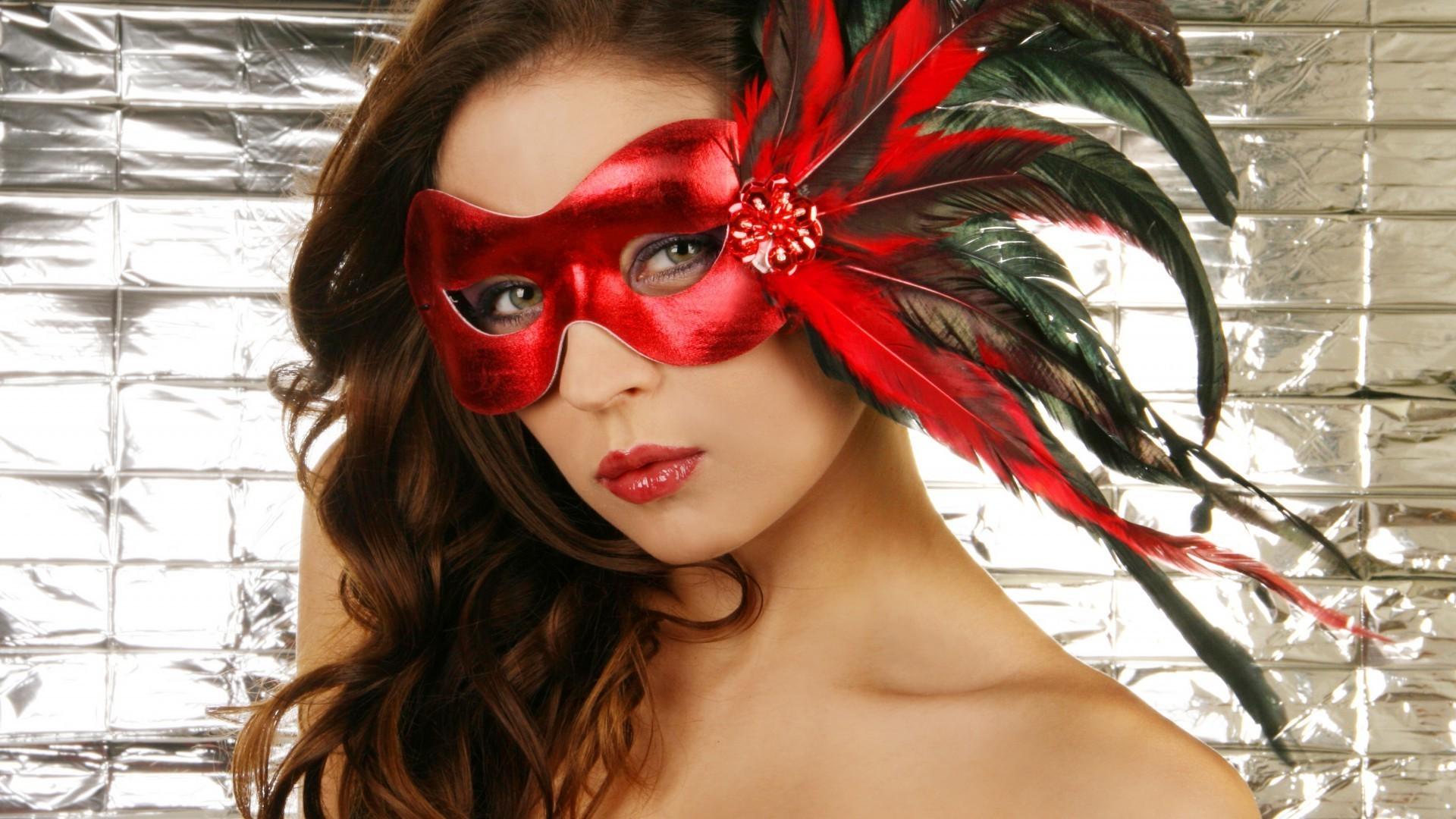 Фото девушка в красном маске