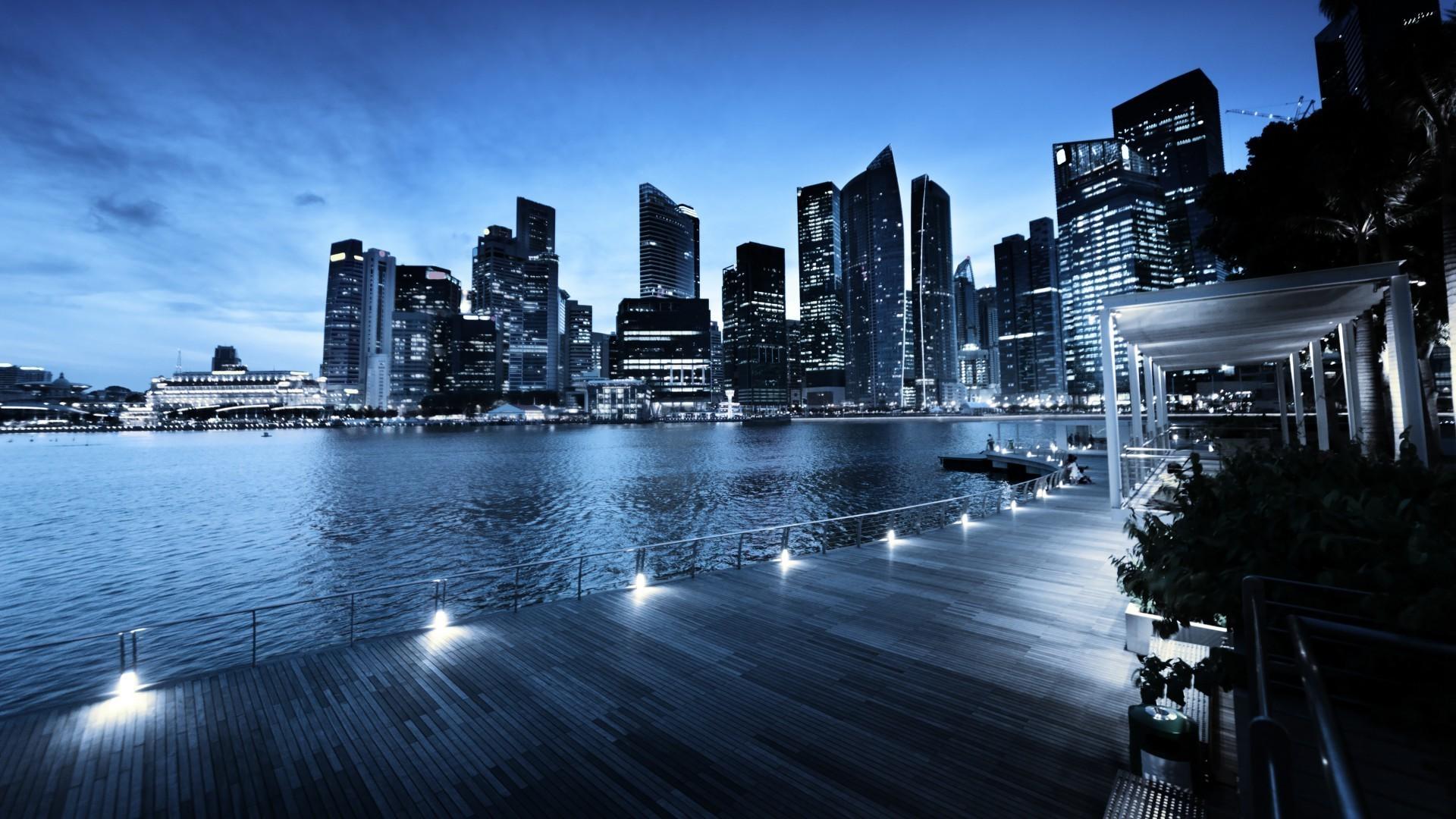 Ночной прибрежный город без смс