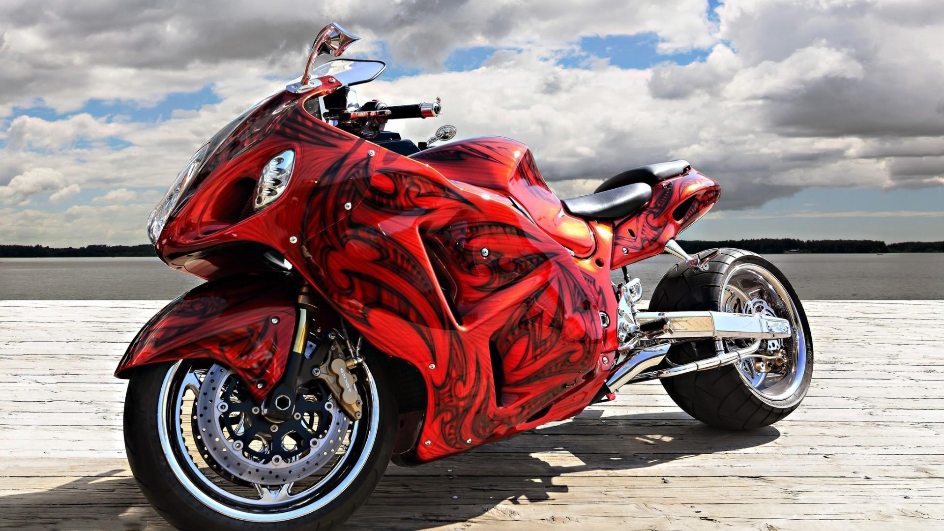 Мотоцикл красный на берегу подборки