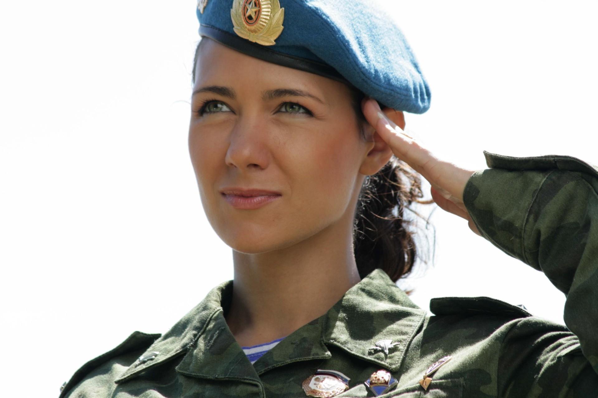 Русская девушка в военной форме 3 фотография