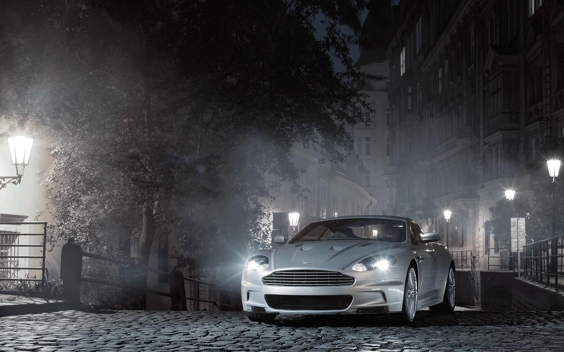 Машины в ночном городе на рабочий стол