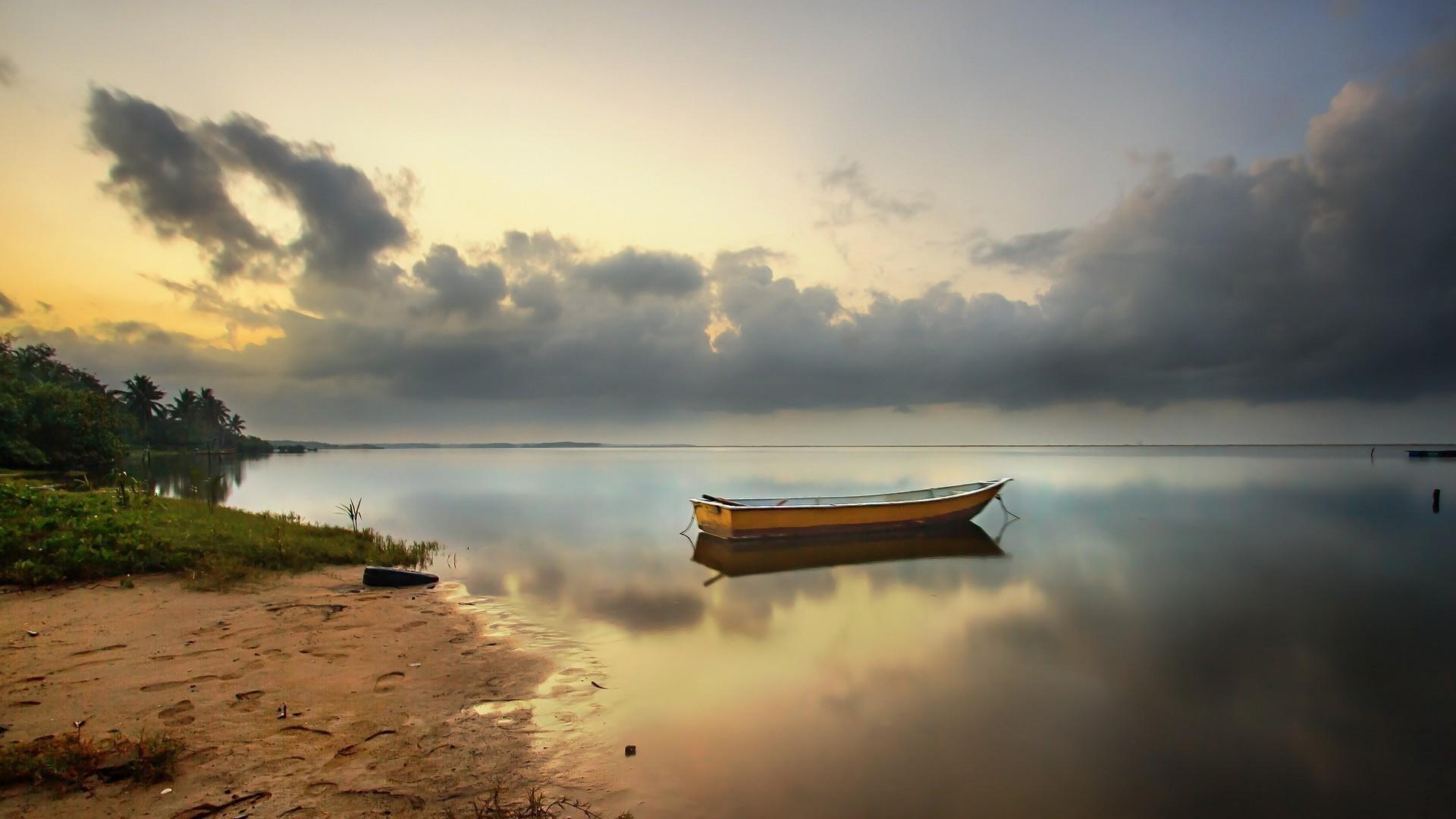 Обои Англия, река, берег, утро, лодки, дома, деревья, туман, вода, отражение для рабочего стола